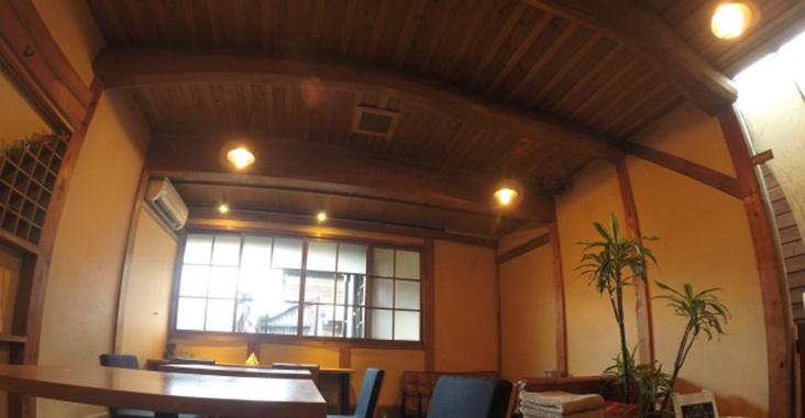 電球色のカフェ