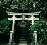 神社で背筋が伸びるのは、誰かに見られている意識を持つから
